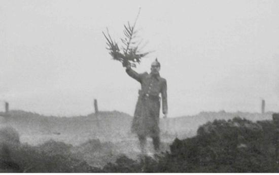 """Soldado alemão segurando uma arvore de natal na """"terra de ninguem"""""""