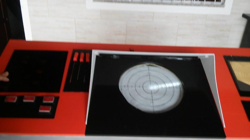 Painel de teleporte vermelho, com botoes e controle delizante e painel circular rotativo